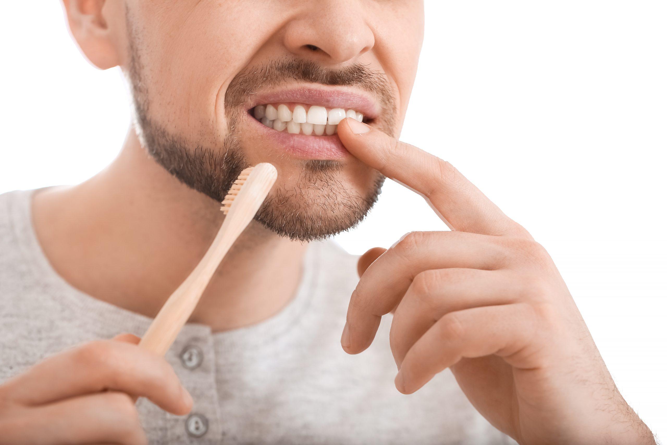You are currently viewing Kako poskrbeti za ustno higieno če so dlesni boleče?